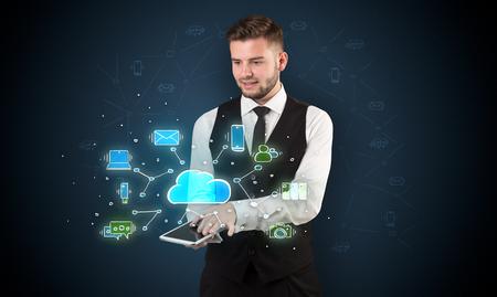Kreide gezeichnete Cloud-Technologiesymbole auf einem Tisch, der von einem Geschäftsmann gehandhabt wird
