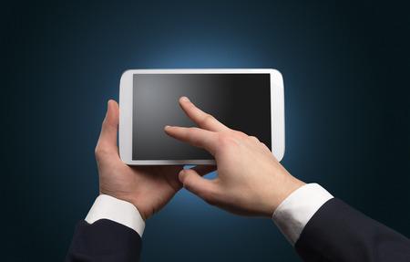 Mano usando tableta sin concepto y espacio vacío