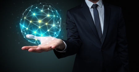 Hombre de negocios en traje sosteniendo el símbolo de conexión global en su mano