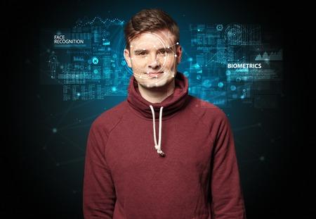 Verificación biométrica - concepto de reconocimiento facial de hombre joven Foto de archivo