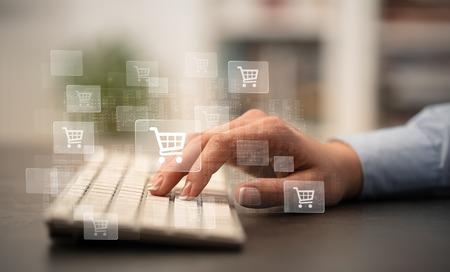 Main de femme d'affaires tapant sur le clavier avec le concept d'achat en ligne Banque d'images