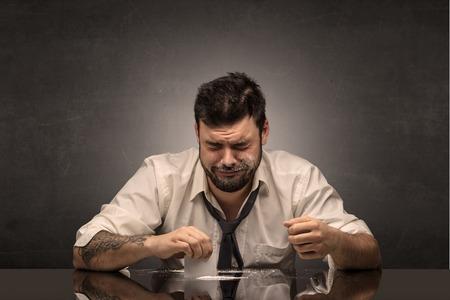 Junger betrunkener Mann in seinem Büro mit kostenlosem dunklem Exemplar