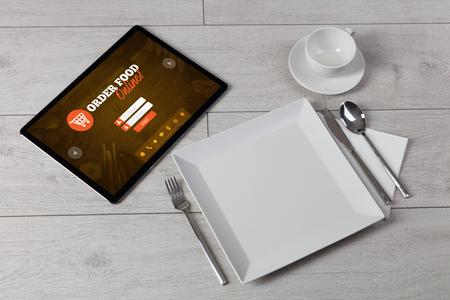 Tableta con concepto de pedido en línea sobre una mesa acostada Foto de archivo