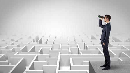 Geschäftsmann steht auf Labyrinth und freut sich auf das zukünftige Konzept future Standard-Bild