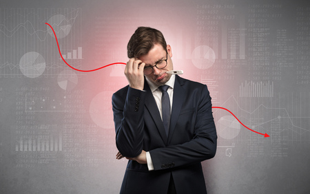 Joven empresario enfermo con concepto de rendimiento decreciente