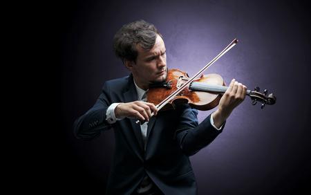 Einsamer Geiger, der auf Cello komponiert, ohne etwas herum