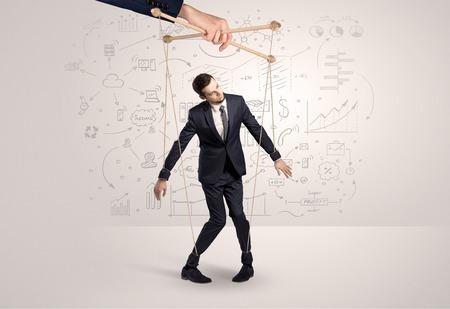 Kleine zakenman bestuurd van bovenaf als een marionetconcept