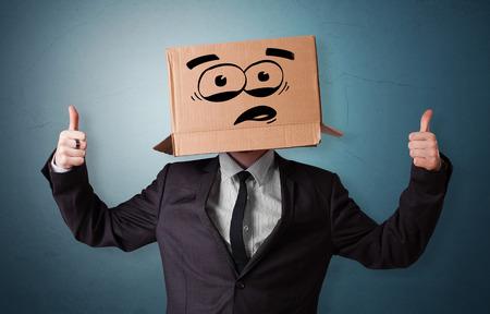 Homme avec tête de boîte en carton