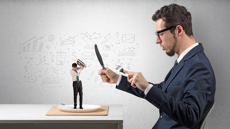 Großer Geschäftsmann, der kleine mit gekritzelten Berichten, Diagrammen und Diagrammen isst Standard-Bild