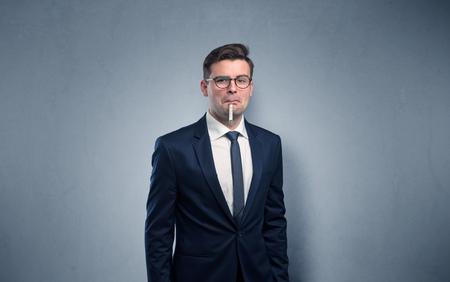 Junger müder Geschäftsmann mit Thermometer und Kopienraum Standard-Bild