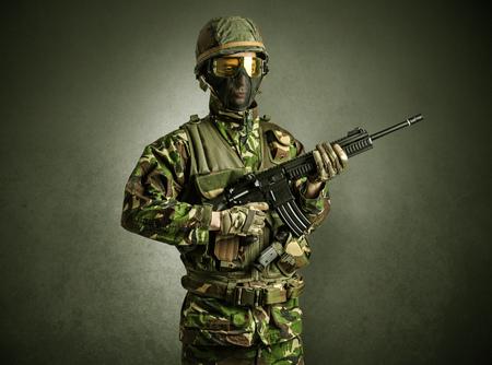 Agente soldado en una habitación oscura con los brazos en la mano y máscara de gas