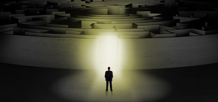 Homme d'affaires se préparant à entrer dans un labyrinthe concentrique avec un concept d'entrée éclairé