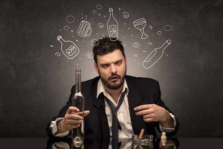 Betrunkener Mann mit Doodle-Alkoholflaschen-Konzept