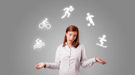Joven estudiante hace malabares con el concepto de deportes