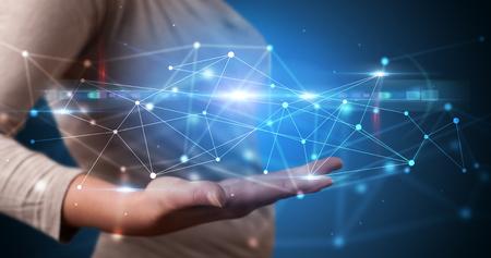 Persona hermosa que sostiene la pantalla del holograma que muestra la tecnología moderna del sistema web basado en la nube