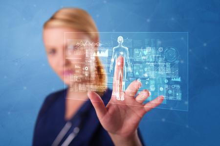 Doctor tocando la pantalla azul con el concepto de análisis de cuerpo completo
