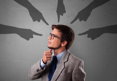 Joven estudiante inocente con el concepto de manos apuntando