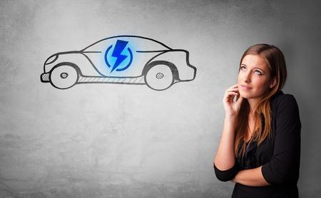 Persona formal pensando en el concepto de coche eléctrico