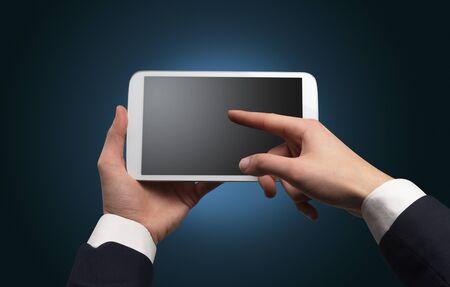 Hand mit Tablet ohne Konzept und leeren Raum