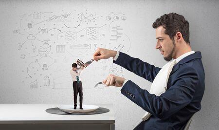 Grand homme d'affaires mangeant un petit avec un concept de rapports, de graphiques et de graphiques griffonnés Banque d'images