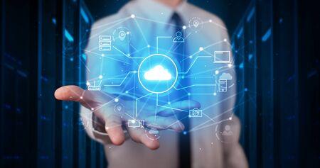 Homme tenant une projection d'hologramme affichant des symboles de technologie cloud