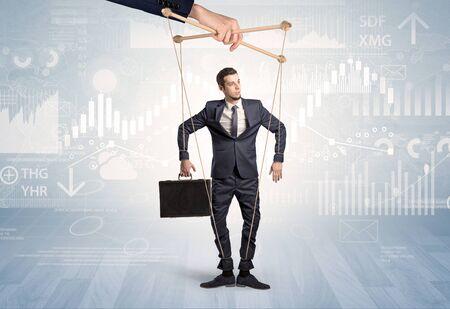 Homme d'affaires de marionnettes contrôlé par une autre main avec un concept financier Banque d'images