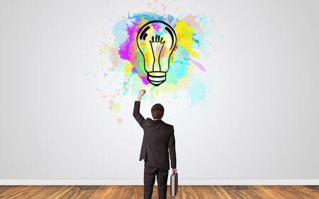 Uomo d'affari che guarda a un muro con un nuovo concetto di idea