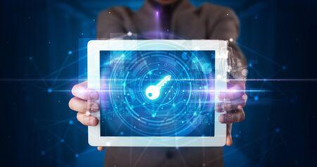 Hand holding tablet avec concept de sécurité et de protection des données en ligne
