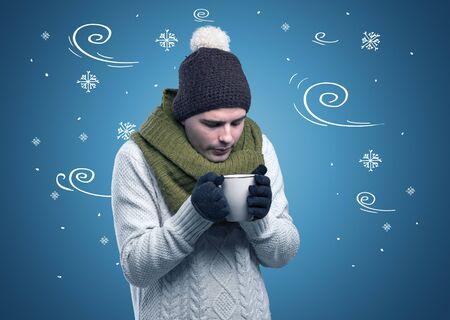 Jeune garçon congelé hipster avec des flocons de neige griffonnés et un concept venteux Banque d'images