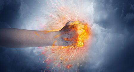 La mano golpea con fuerza y hace que el fuego se encienda