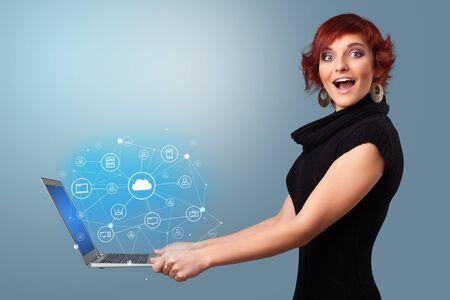 Vrouw met laptop die op cloud gebaseerde systeemsymbolen en informatie projecteert