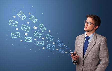 Homme d'affaires utilisant le téléphone avec le concept de communication en ligne autour