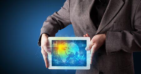 Ręka trzyma tablet z globalną koncepcją bazy danych