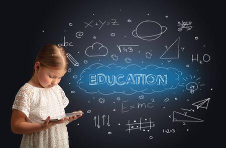 Adorable niña con tableta con concepto educativo Foto de archivo