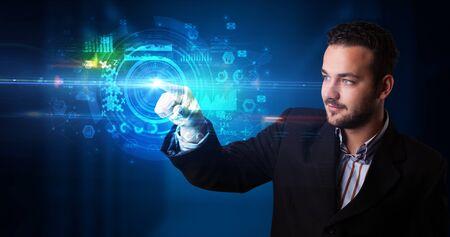 Homme touchant l'écran d'hologramme affichant des symboles et des graphiques médicaux