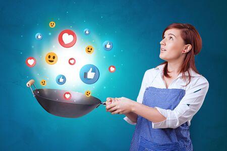Joven feliz cocinando concepto de redes sociales en wok