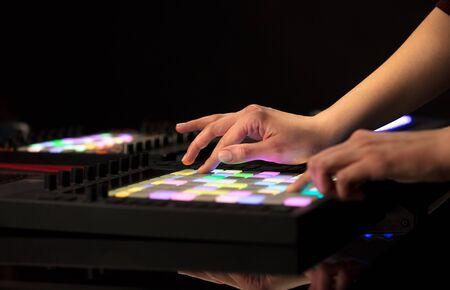 Dj mano remezclando música en un controlador midi
