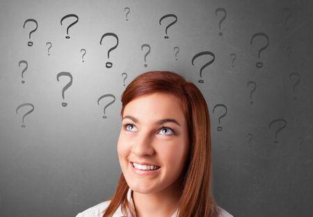 Persona con punti interrogativi intorno al viso