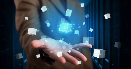 Persona con proyección de holograma mostrando cubos blancos en la sala de servidores