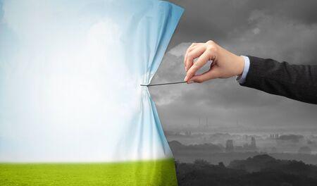 Hand, die grünen Landschaftsvorhang zur grauen Landschaft zieht, Umweltschutzkonzept Standard-Bild