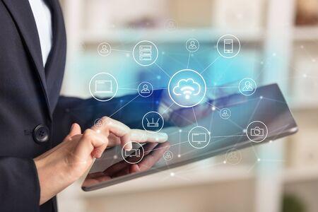 Mujer de negocios con tableta con seguridad de red y concepto de sistema de almacenamiento en línea