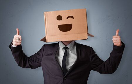 Funny man wearing cardboard box on his head with smiley face Stok Fotoğraf