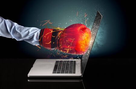 Arm hitting strongly laptop screen which breaks in little pieces Foto de archivo - 131768586