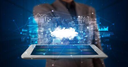 Hand hält Tablet mit Cloud-Technologie und dunklem Konzept Standard-Bild