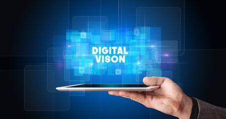 Jonge bedrijfspersoon die aan tablet werkt en de inscriptie toont: DIGITAL VISON