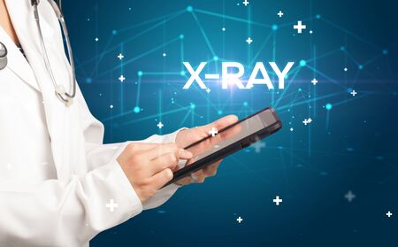Doctor fills out medical record with X-RAY inscription, medical concept Banque d'images