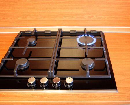 gas cooker: De cuatro antorchas de una cocina de gas se quema s�lo una. Crisis del gas.