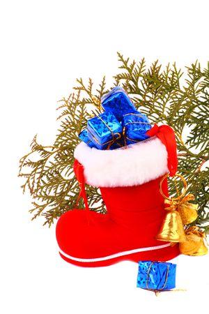 botas de navidad: Navidad Roja arranca con regalos y campanas sobre un fondo blanco. Sombra suave