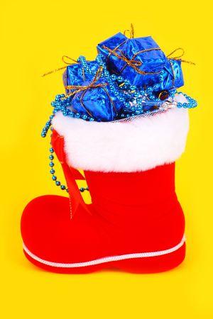 botas de navidad: Navidad Roja arranca con regalos sobre un fondo amarillo