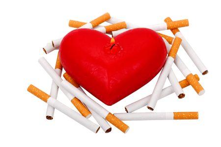 shorten: Quema de vela en la forma del coraz�n. Cigarrillos acortan la vida. Dejar de concepto de fumar.  Foto de archivo